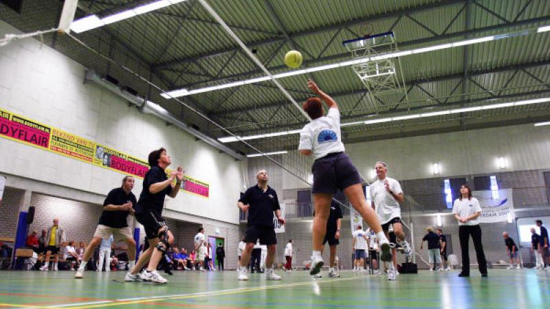 Volleyballen in een sportzaal