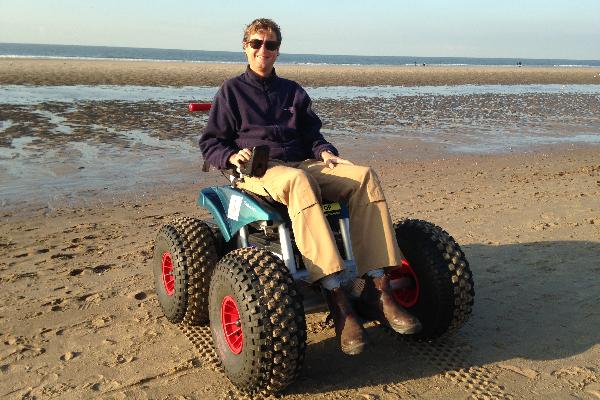 Martijn in de Cadweazle strandrolstoel op het strand